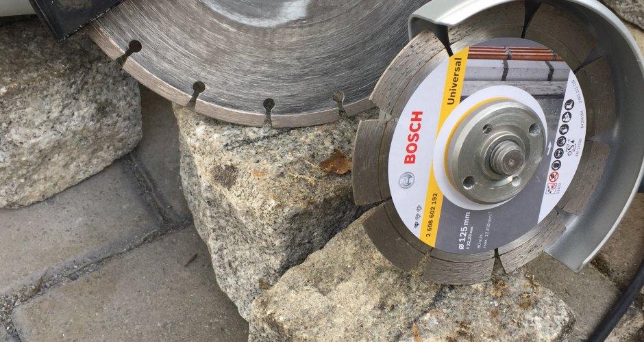 Granit Granitsteine Granitpalisaden mit einem Winkelschleifer schneiden und auftrennen