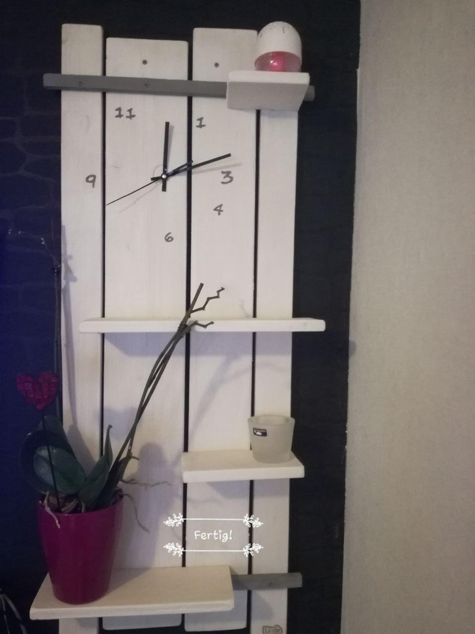 Rustikales Regal mit integrierter Uhr